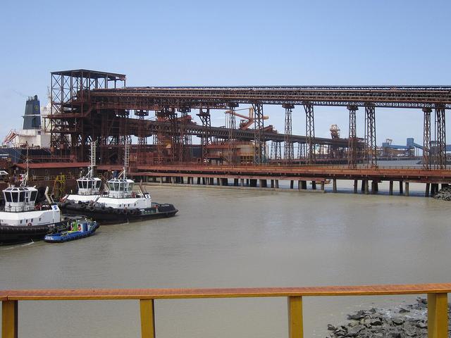 Parte del puerto Ponta da Madeira, en el nordeste de Brasil, desde donde salen los barcos cargados con el hierro de Carajás, incluidos los megabuques Valemax.  Crédito: Mario Osava/IPS