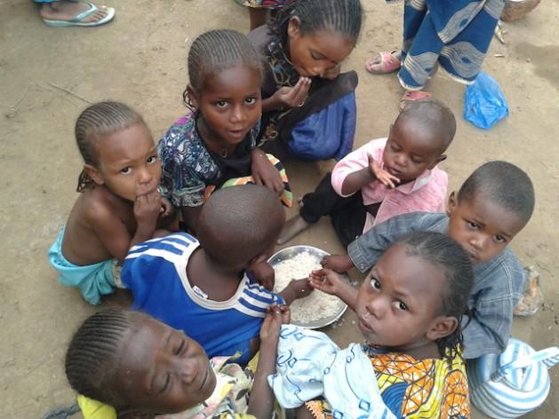 Niños centroafricanos refugiados en la fronteriza localidad camerunesa de Garoua-Boulai. Crédito: Monde Kingsley Nfor/IPS