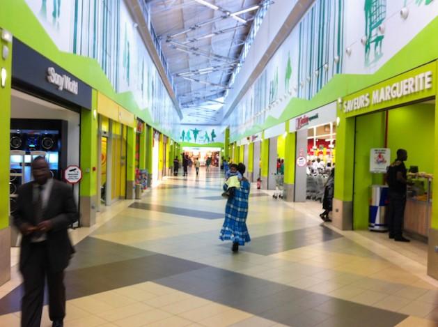 Un centro comercial en Costa de Marfil. Muchos negocios del país comienzan a apuntar a la clase media. Crédito: Marc-Andre Boisvert/IPS