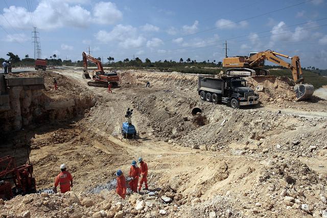 Obreros realizan movimientos de tierra para la construcción de la vía férrea que unirá el complejo de infraestructuras e industrias que conformará la Zona Especial de Desarrollo de Mariel. Crédito: Jorge Luis Baños/IPS