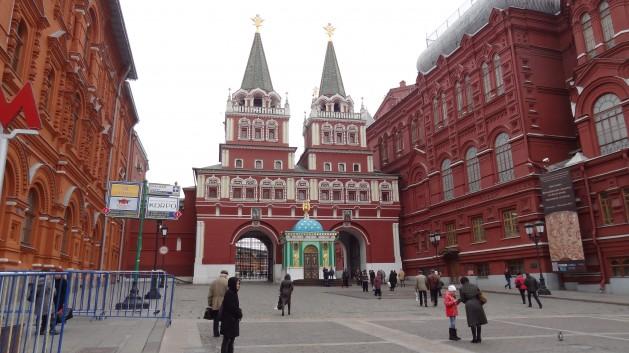 Moscovitas a la entrada de la Plaza Roja. Expertos sostienen que los rusos comunes sentirán el impacto de cualquier sanción fuerte impuesta por Occidente. Crédito: Pavol Stracansky/IPS.