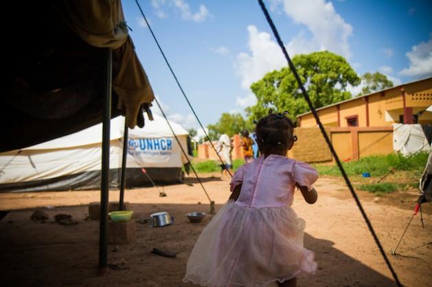Una niña juega en un campamento de Acnur en Ouagadougou, Burkina Faso. Crédito: Marc-André Boisvert/IPS.