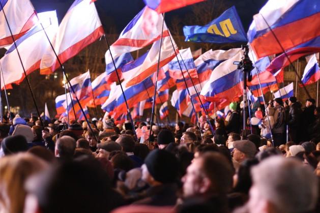 Multitudes enarbolan banderas de Crimea y de Rusia en Simferopol luego del referendo. Crédito: Alexey Yakushechkin/IPS.