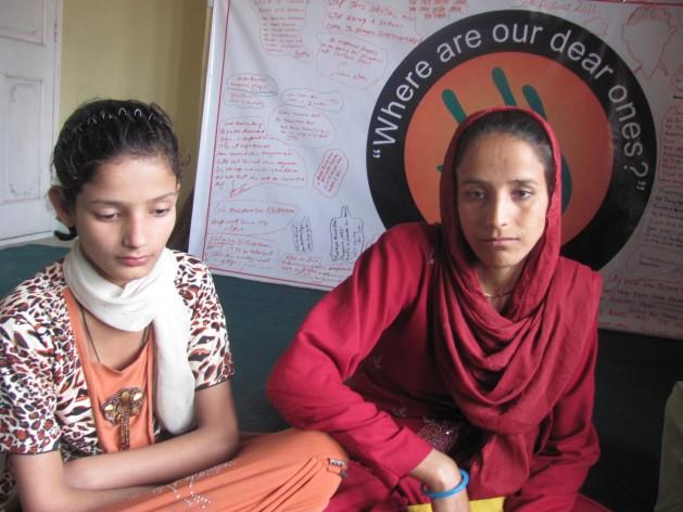 La esposa y la hija de uno de los muchos desaparecidos en Cachemira participan en una protesta en Srinagar. Crédito: Athar Parvaiz/IPS.