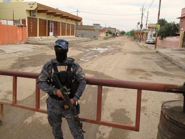 Un policía monta guardia a la entrada del barrio turcomano de Tuz Jormato, en la gobernación iraquí de Saladino. Crédito: Karlos Zurutuza/IPS