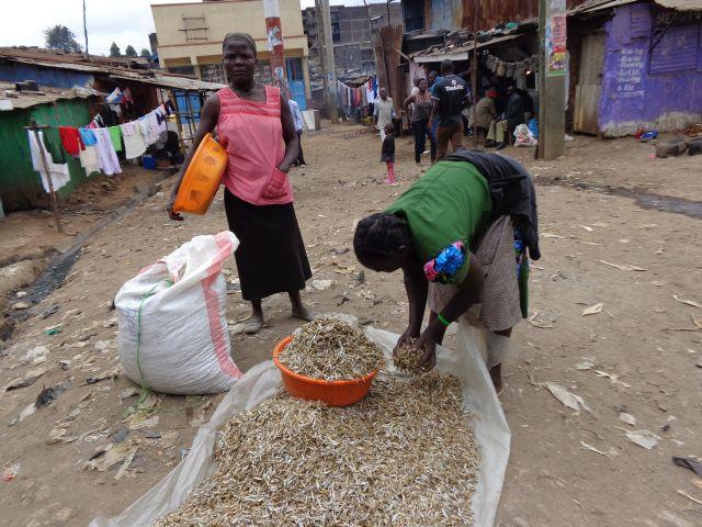 Residentes del tugurio de Mathare, en Nairobi, uno de los más grandes de Kenia. Crédito: Miriam Gathigah/IPS