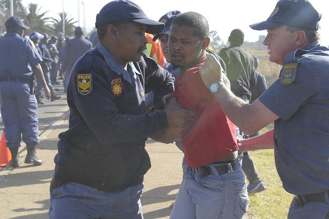La actuación de la policía frente a las protestas indígenas es cada vez más cuestionada en Sudáfrica. Crédito: Thapelo Lekgowa/IPS.