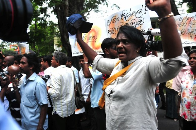 Protesta ante la sede de la ONU en Colombo, durante la visita de la Alta Comisionada para los Derechos Humanos, Navy Pillay, en septiembre de 2013. Crédito: Amantha Perera /IPS