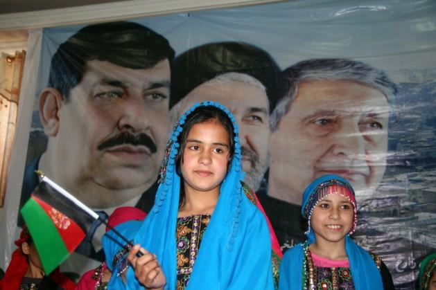 Niñas se preparan para entonar una canción en apoyo al candidato presidencial Gul Agha Sherzai en la norteña ciudad afgana de Kunduz. Crédito: Giuliano Battiston/IPS.