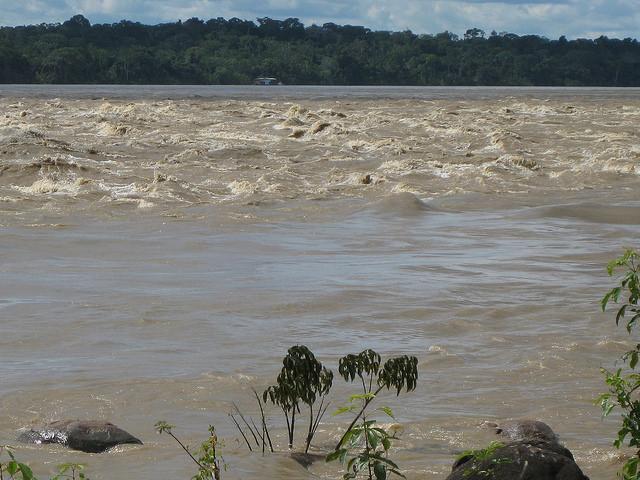 El río Beni, afluente del río Madeira, durante una crecida en 2011, algo más arriba de Cachuela Esperanza, donde el gobierno boliviano proyecta construir una central hidroeléctrica. Crédito: Mario Osava/IPS