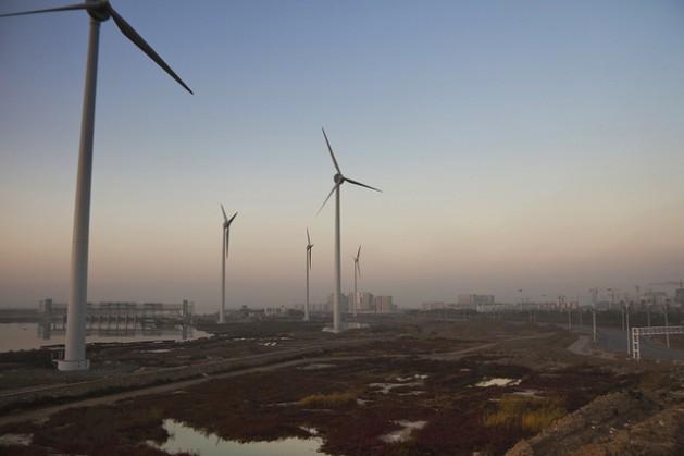 Parque eólico en Tianjin. China es el mayor fabricante mundial de turbinas eólicas y paneles solares. Crédito: Mitch Moxley/IPS