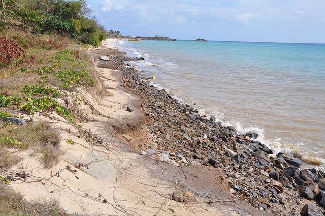 Una playa muy erosionada en Antigua. Crédito: Desmond Brown/IPS
