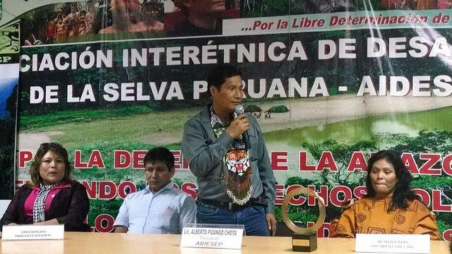 Alberto Pizango (de pie) habla en una actividad de la Asociación Interétnica de Desarrollo de la Selva Peruana (Aidesep) que preside. Crédito: Milagros Salazar/IPS