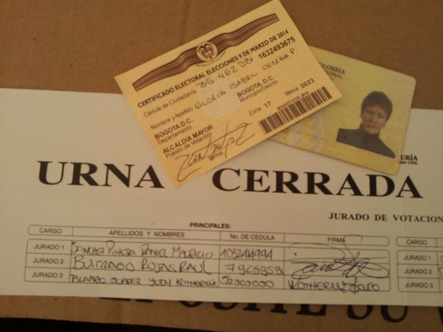 Una simple caja de cartón con una ranura como una urna, el documento de identidad y el certificado de que se sufragó son parte del sistema electoral de Colombia, que la ONU ha instado a modernizar. Crédito: Bunkerglo/IPS