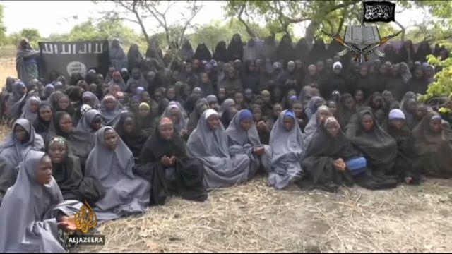 Fotograma de un video divulgado el lunes 12 de mayo por el grupo extremista Boko Haram, que muestra supuestamente a las adolescentes secuestradas el 14 de abril en la localidad de Chibok, en el noreste de Nigeria. De las casi 300 jóvenes, 53 lograron escapar. Crédito: Al Jazeera