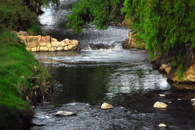 El río Rocha, que cruza la ciudad boliviana de Cochabamba, parece un manantial cuando las lluvias llenan su cauce, pero la temporada seca expone su gran contaminación. Crédito: Franz Chávez/IPS