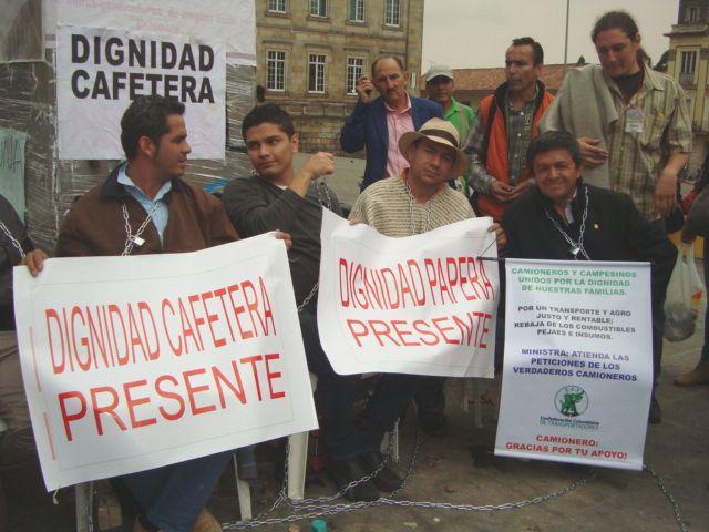 Agricultores de Dignidad Agropecuaria protestan encadenados en la Plaza de Bolívar. Crédito: Helda Martínez/IPS
