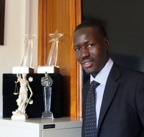 El abogado ugandés Gerald Abila es el fundador de la galardonada Barefoot Law (Ley Descalza), una organización sin fines de lucro que utiliza Facebook, Skype, Twitter, mensajes de texto y enlaces por radio para mejorar el acceso a la justicia y la ley. Crédito: Amy Fallon/IPS