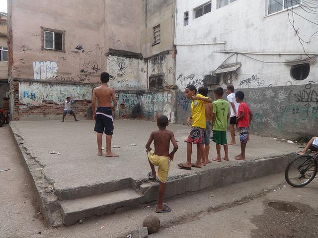 """La """"selección"""" de fútbol de la favela de Jacarezinho, en Río de Janeiro, comparte juegos en una improvisada cancha. Para los niños pobres de Brasil, los fastos de la Copa de la FIFA quedan muy lejos. Crédito: Fabiana Frayssinet/IPS"""