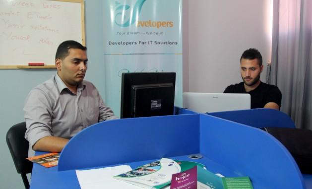 Khalil Salim (a la izquierda) y Yassir Younis, propietarios de la compañía de aplicaciones móviles y  desarrollo de software Motawiron que surgió de la Incubadora de Tecnología en Gaza. Crédito: Khaled Alashqar/IPS