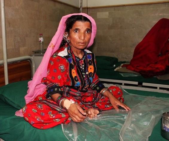 Naz Bibi espera la intervención que la curará de la fístula obstétrica en el Hospital para Mujeres Koohi Goth, en Pakistán. Crédito: Zofeen Ebrahim/IPS.