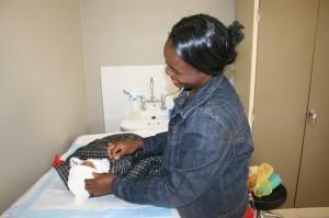 Una madre swazi con su bebé. En julio de 2014, Swazilandia comienza a aplicar la opción B+, el último tratamiento contra el VIH recomendado por la Organización Mundial de la Salud para mujeres embarazadas. Crédito: Mantoe Phakathi/IPS