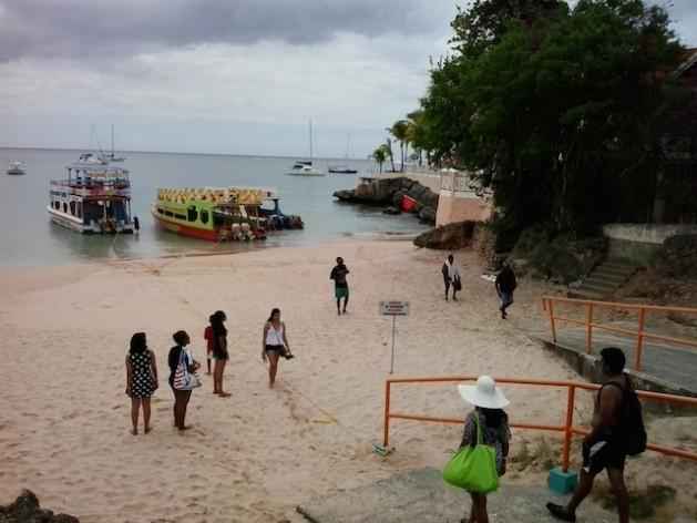 Turistas se preparan abordar barcos que los llevarán de la bahía de Store en la isla de Tobago al famosos arrecife de Buccoo. Crédito: Jewel Fraser/IPS