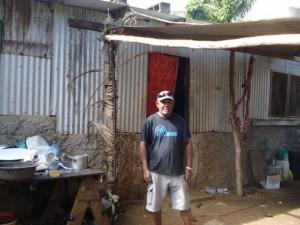 El jefe Maki Massing parado frente a su modesta vivienda construida con cemento y chapas de hierro corrugado en el asentamiento informal de Freswota, en las afuera de Port Vila, Vanuatu. Crédito: Catherine Wilson/IPS