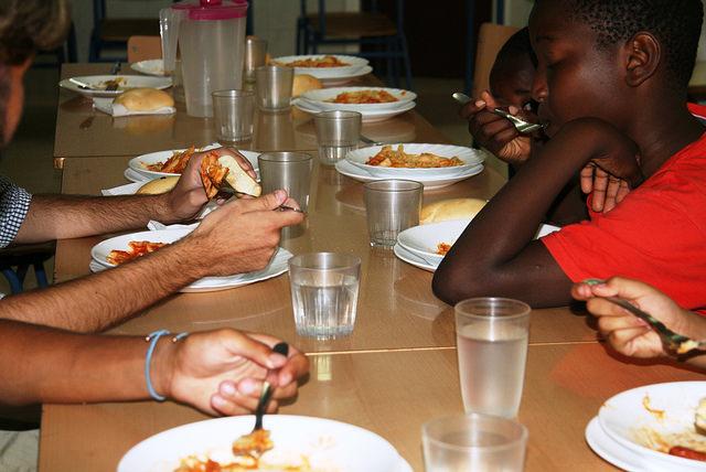 Niños y niñas almuerzan en el comedor del colegio público Manuel Altolaguirre, en el barrio pobre de la Palma-Palmilla, en la sureña ciudad de Málaga, en España. Crédito: Inés Benítez/IPS