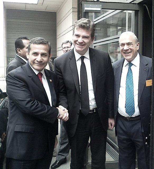 El presidente de Perú, Ollanta Humala (a la izquierda) saluda al ministro de Economía de Francia, Arnaud Montebourg (centro), junto al secretario general de la OCDE, el mexicano José Ángel Gurría. Crédito: Alecia McKenzie/IPS