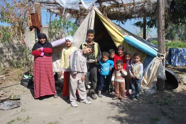 Refugiados palestinos en un campamento improvisado en Líbano. Crédito: Mutuwalli Abou Nasser/IPS