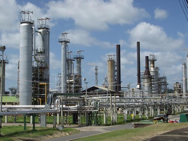 La refinería de petróleo Petrotrin, en Trinidad y Tobago, que tiene una significativa y probada reserva de crudo. Crédito: Desmond Brown/IPS