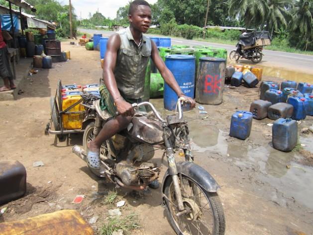 David, de 14 años, transporta bidones de aceite de palma para su padre en Penja, en el litoral de Camerún. Para que el crecimiento camerunés sea sostenible hace falta una estrategia centrada en la población, aseguran los expertos. Crédito: Monde Kingsley Nfor/IPS