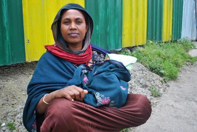 Bosena, de 25 años, con un bebé en sus brazos al costado de una transitada carretera en Addis Abeba. Etiopía logró avances importantes en la reducción de la mortandad infantil y materna. Crédito: Jacey Fortin/IPS