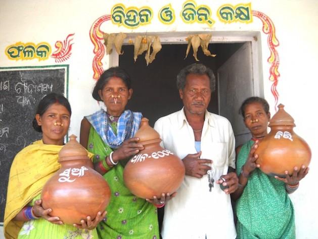 Semillas autóctonas de arroz almacenadas en jarrones de barro y etiquetadas en el banco genético de la comunidad de Tentulipar. Crédito: Manipadma Jena/IPS
