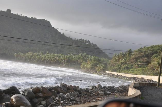 Un muro de contención en Dominica. Un informe actual conluyó que se necesitan medidas específicas para proteger a los pequeños estados insulares del aumento del nivel del mar. Crédito: Desmond Brown/IPS