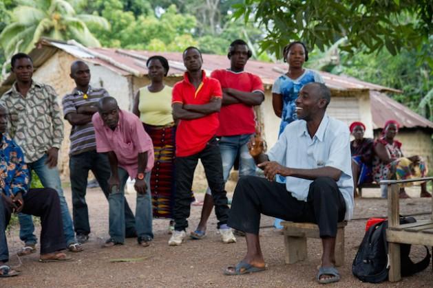En Gueyede, una aldea sudoccidental de Costa de Marfil, Serge Tian traduce el mensaje del subprefecto Kouassi Koffi para que la gente pueda reconocer el virus del ébola y evitar su infección. Crédito: Marc-Andre Boisvert/IPS