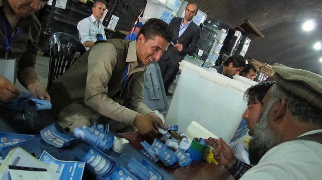Participantes locales y extranjeros durante la auditoria de los votos en la Comisión Electoral Independiente de Afganistán, para dirimir el ganador de las elecciones presidenciales. Crédito: Karlos Zurutuza /IPS