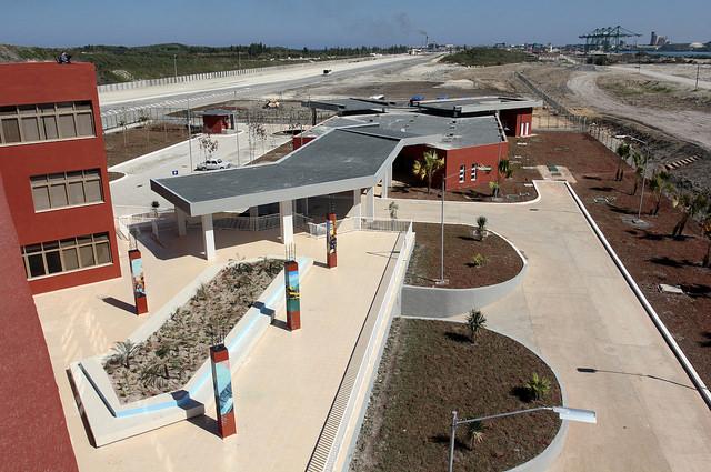 Vista parcial del edificio administrativo de la terminal de contenedores ubicada en el puerto de la Zona Especial de Desarrollo de Mariel, en Cuba. Crédito: Jorge Luis Baños /IPS