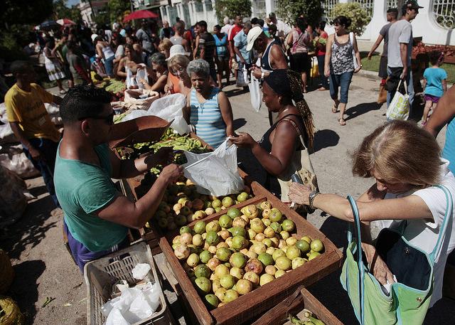 Mujeres compran alimentos durante una feria agropecuaria en el barrio Playa, en La Habana. Sobre ellas recae más de 98 por ciento del trabajo doméstico y el cuidado familiar no remunerados en los hogares cubanos. Crédito: Jorge Luis Baños/IPS
