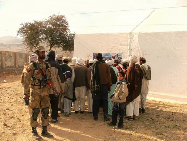 Ante el temor de la presencia de extremistas, las autoridades vigilan de cerca los campamentos instalados por organizaciones humanitarias en Bannu, en la provincia pakistaní de Jyber Pajtunjwa. Crédito: Ashfaq Yusufzai/IPS