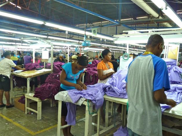 Obreros en la fábrica de One World Apparel en Puerto Príncipe confeccionan prendas de vestir para la exportación. Crédito: Ansel Herz/IPS