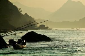 Embarcaciones de pescadores en el río Mekong, en el norte de Laos. El río ya tiene 30 represas y se prevé la construcción de 134 obras hidroeléctricas más. Crédito: Irwin Loy/IPS