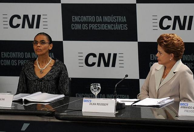 Marina Silva (izquierda) y la presidenta Dilma Rousseff, durante un encuentro de los empresarios industriales de Brasil con los candidatos a gobernar el país desde el 1 de enero. Crédito: Antônio Cruz/ABR