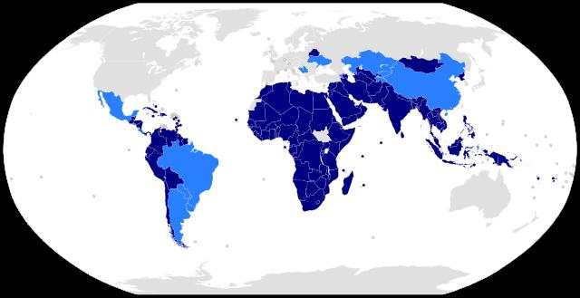 Los miembros del Movimiento de Países No Alineados. En azul claro se distinguen los países observadores. Crédito: Ichwan Palongeng/Creative Commons