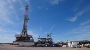 Una torre de perforación en el campamento de hidrocarburos no convencionales de la empresa estatal YPF, en el yacimiento de Loma Campana, en Vaca Muerta, en la Cuenca Neuquina, en el suroeste de Argentina. Crédito: Fabiana Frayssinet/IPS