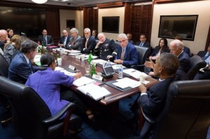 El presidente Barack Obama y el vicepresidente Joe Biden reunidos con miembros del Consejo de Seguridad Nacional en la Sala de Situación de la Casa Blanca, el 10 de septiembre. Crédito: Foto oficial de la Casa Blanca de Pete Souza.