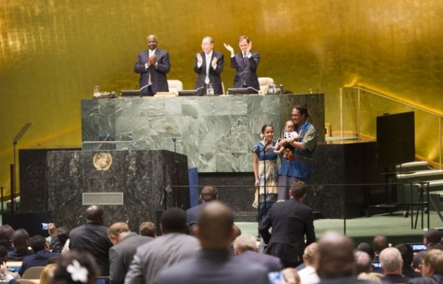 Kathy Jetnil Kijiner, representante de la sociedad civil de Islas Marshall, leyó un poema dirigido a su hija en la inauguración de la Cumbre del Clima de la ONU y fue aclamada de pie por el público presente. Crédito: Foto de la ONU/Mark Garten
