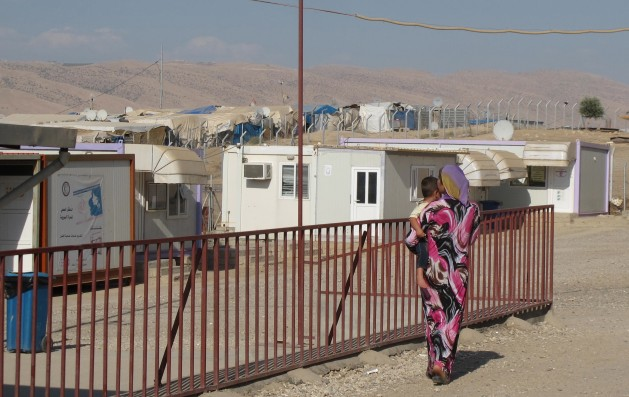 Una madre se acerca a una clínica de salud en el campamento de refugiados de Domiz, en el Kurdistán iraquí, a mediados de septiembre. Crédito: Shelly Kittleson/IPS