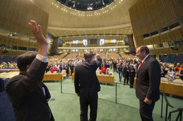 El secretario general Ban Ki-moon, de espaldas y al centro, saluda al público presente en su visita el 15 de septiembre a la sala renovada de la Asamblea General de la ONU, en Nueva York. Crédito: Foto de la ONU/Eskinder Debebe